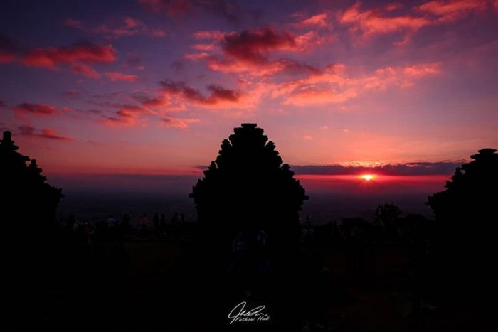 Matahari terbenam di Candi Ijo, sumber ig @fathoni_hadi